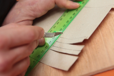 Pappteile für den Einband zuschneiden