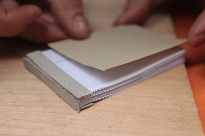 Einband und Seiten aneinander kleben