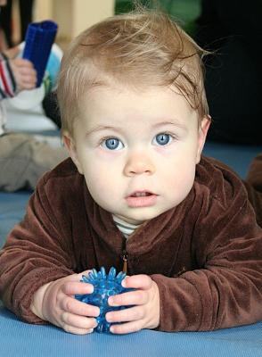Baby mit Igelball