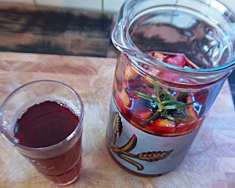 Fertige Kirschlimo mit Glas