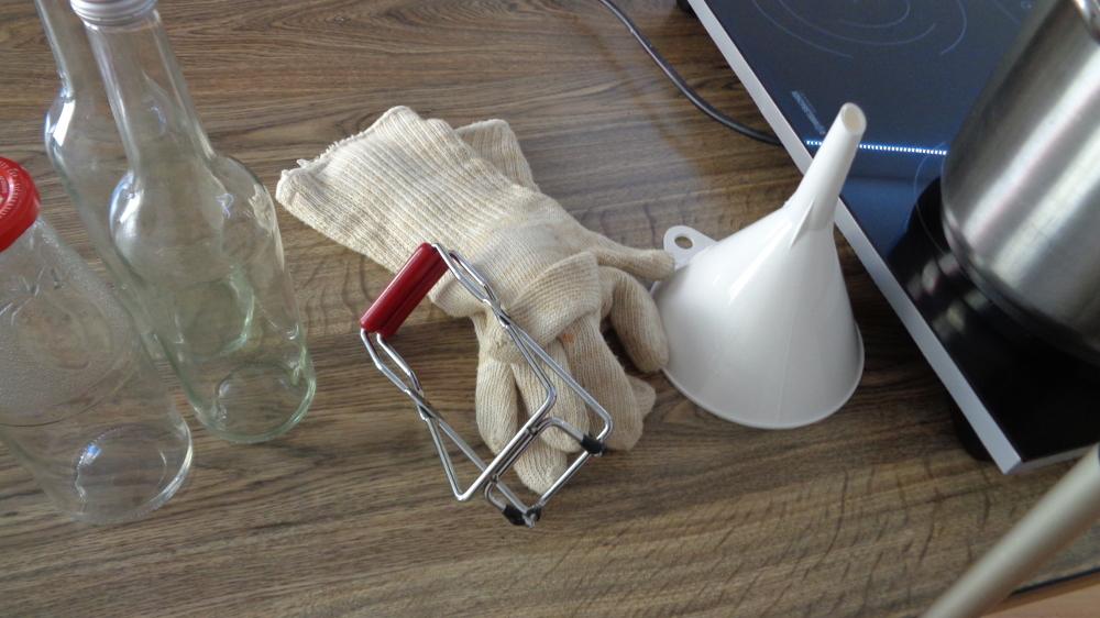 Grundrezept für Holunderblütensirup – Werkzeuge zur Abfüllung