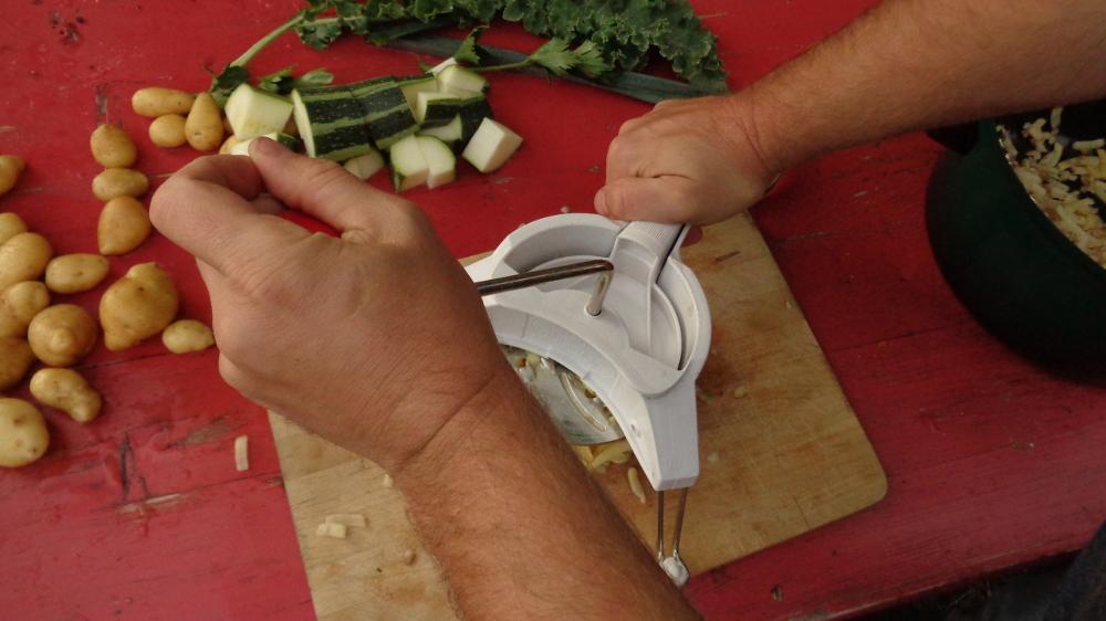 Kartoffelpuffer aus der Gartenkueche – Reibe im Einsatz