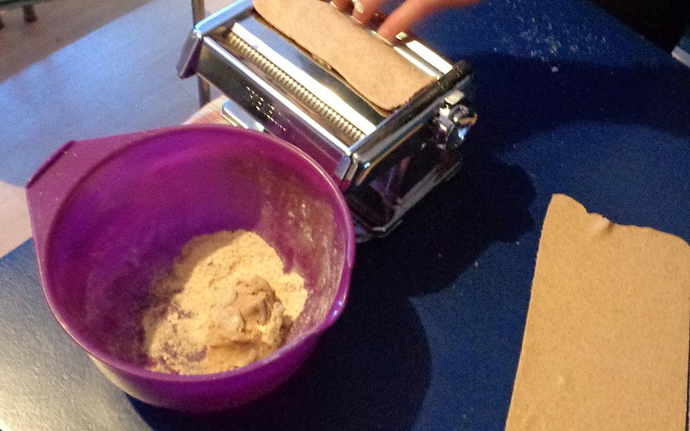 Lasagne zur Einführung in die Nudelmaschine – Mehliger Teig