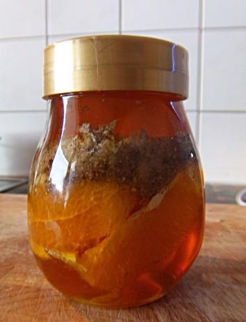 Mit Honig aufgefüllt für Walnuss-Orangen-Rosmarin-Honig