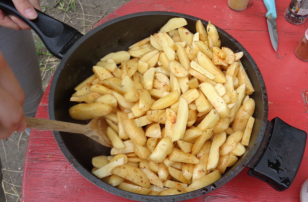 Pommes zum Würzen in der Pfanne