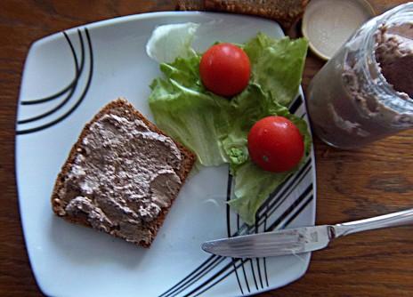 Walnuss-Linsen-Aufstrich auf dem Brot