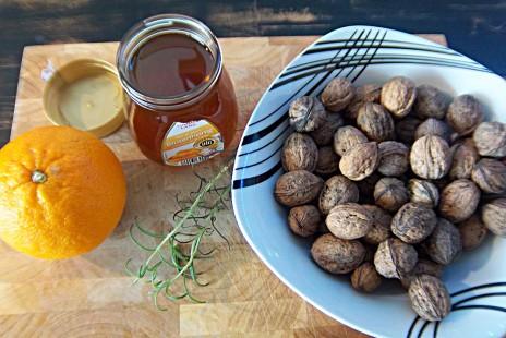 Zutaten für Walnuss-Orangen-Rosmarin-Honig