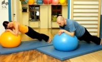 Rückenschulübung mit Gymnastikball - Im Unterarmstütz